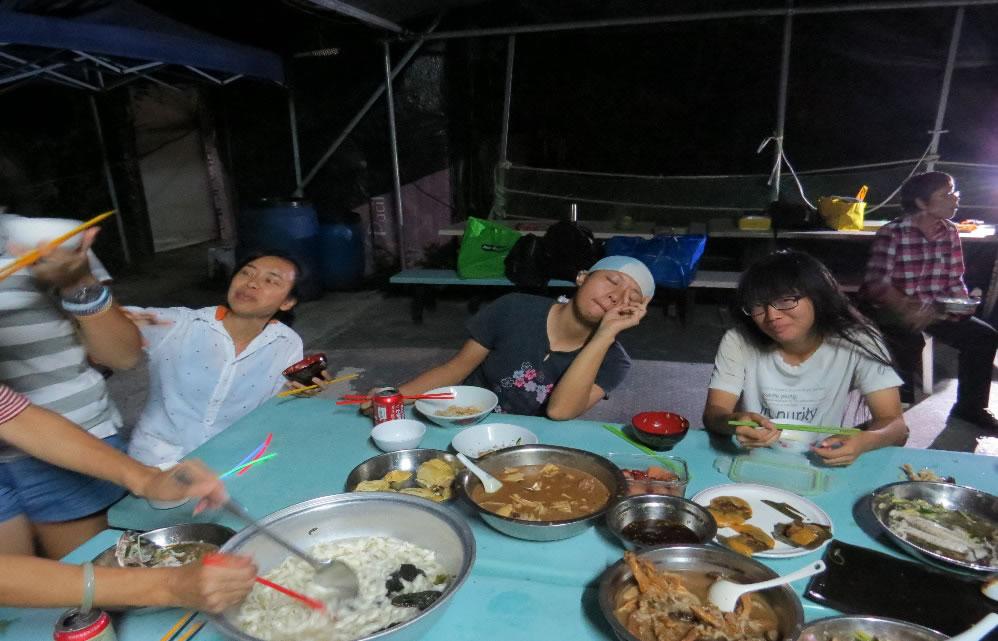 三位年輕的農友: 愛玲(左)、Daphne(中)和阿汶(右)