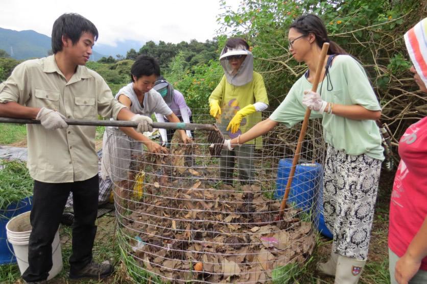 ※堆肥所用物料豐富量大,因此是最合適一群人一起進行的農場活動。堆疊過程,大抵是順序放置,但視乎物料的性質、希望獲得的菌類比例(例如細菌或真菌主導)去決定各項物料的放置量。